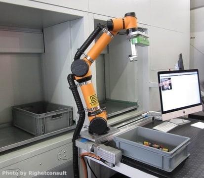La perizia tecnica giurata industria 4.0 riguarda spesso sistemi complessi. Ad esempio, come potrebbe essere questo impianto costituito da un magazzino ed un robot industriale